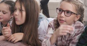 Rodzeństwa ogląda wiszącą ozdobę podczas gdy jedzący popkorn zdjęcie wideo