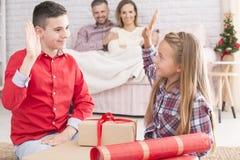 Rodzeństwa upacking prezenty od Santa fotografia royalty free