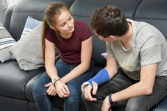 Rodzeństwa w intensywnej rozmowie zdjęcie stock