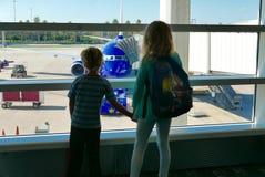 Rodzeństwa zanudzający podczas gdy czekać na opóźniającego lot odjeżdżać fotografia stock