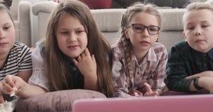 Rodzeństwo łgarski puszek ogląda film i je popkorn zbiory