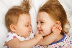 Rodzeństwa cuddling Zdjęcia Stock
