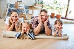 Rodziców i dzieci odpoczynek po ruchu zdjęcie royalty free
