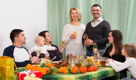 Rodziców, dzieci i dziadków togethe gratulowanie, zdjęcie stock
