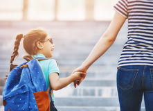 Rodzic i uczeń iść szkoła zdjęcia stock