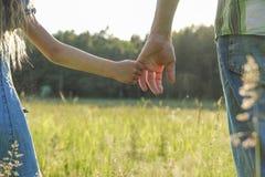 Rodzic trzyma rękę mały dziecko Zdjęcia Royalty Free