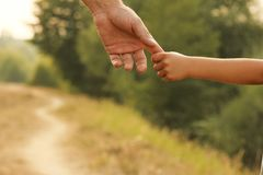 Rodzic trzyma rękę mały dziecko Obrazy Royalty Free