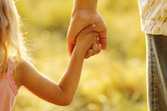 Rodzic trzyma rękę mały dziecko Zdjęcie Royalty Free