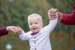 Rodzica chwyta dziecka ręki koncepcja szczęśliwa rodzina fotografia royalty free
