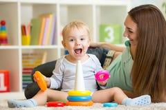 Rodzica i dziecka chłopiec bawić się wpólnie w domu Fotografia Royalty Free