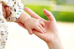 Rodzica i dziecka mienia ręka Zdjęcie Stock