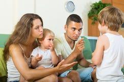 Rodzice łaja dziecka w domu Fotografia Royalty Free