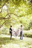 Rodzice bawić się z dzieckiem w koc obrazy royalty free