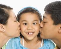 rodzice całowanie dziewczyny Obraz Royalty Free