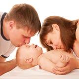 Rodzice całuje dziecka. Zdjęcia Royalty Free