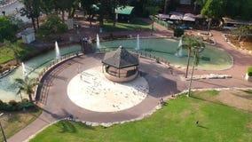 Rodzice chodzą z dziećmi w pięknym parku zbiory