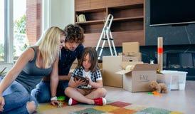 Rodzice dogląda ich małego syna bawić się pastylkę obraz royalty free