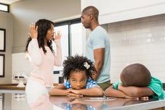 Rodzice dyskutuje przed dziećmi zdjęcie stock