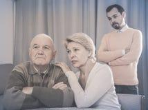 Rodzice dyskutuje z synem fotografia stock