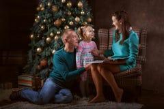 Rodzice i córka blisko choinki fotografia royalty free