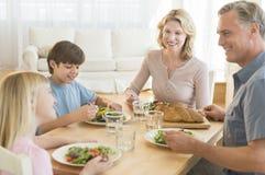 Rodzice I dzieci Ma jedzenie Przy Łomotać stół Wpólnie Obraz Royalty Free