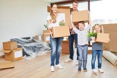 Rodzice i dzieci niosą chodzeń pudełka obraz stock