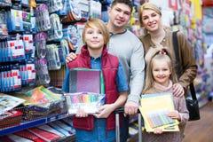 Rodzice i dzieci wybiera writing materiały Obrazy Royalty Free