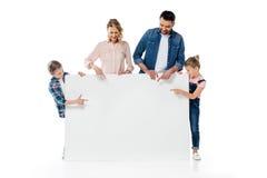Rodzice i dzieciaki wskazuje przy pustym sztandarem odizolowywającym na bielu Zdjęcie Stock