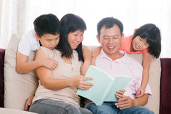 Rodzice i dziecko czytelnicze książki w domu. Zdjęcie Royalty Free