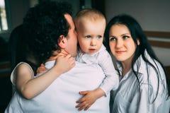 Rodzice i ich dzieci Szcz??liwy ?ycie rodzinne obraz royalty free