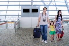 Rodzice i ich dziecko w lotnisku zdjęcie royalty free