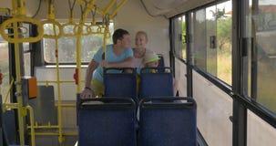 Rodzice i syn jazda w autobusie zbiory wideo