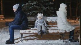 Rodzice kłócą się i siedzą na ławka plecy each inny w parku zbiory wideo