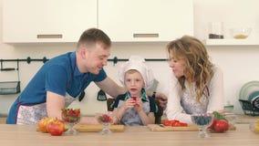 Rodzice karmią ich syna z truskawkami w kuchni Przygotowywają śniadanie zbiory wideo