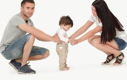 Rodzice ogląda dziecka biorą pierwszych kroki zdjęcie stock