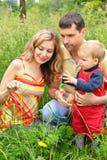 rodzice siedzieli trawy dziecka Obraz Stock