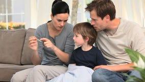 Rodzice sprawdza ich synów gorączkowych zbiory