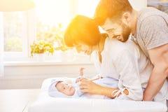 Rodzice suszą ich dziecka w ręczniku Zdjęcia Royalty Free