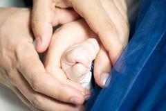 Rodzice trzyma dziecko małą rękę fotografia royalty free