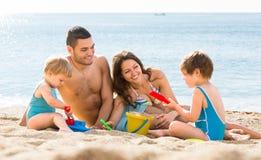 Rodzice z dwa dziećmi blisko morza Obraz Royalty Free