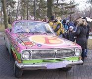 Rodzice z dziećmi badają starego barwionego samochód Fotografia Stock