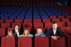 Rodzice z dziećmi ogląda film fotografia stock