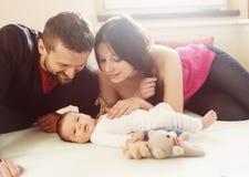 Rodzice z małym dzieckiem w domu zdjęcia stock