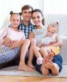 Rodzice z małymi dziewczynkami indoors Obrazy Royalty Free