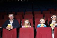 Rodzice z synem i córką w 3D szkłach obraz stock