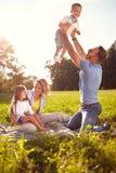 Rodzice zabawę z dziećmi na pinkinie Zdjęcie Royalty Free
