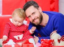 Rodzicielstwo cele endless love Rodzicielstwo jak wyzwanie i osiągnięcie Ojciec sztuka z śliczną dziecko berbecia córką zdjęcia royalty free
