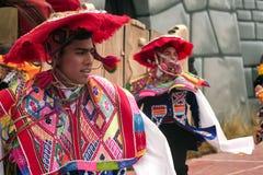 Rodzima Peruwiańska grupa młode chłopiec tanczy «Wayna Raimi « zdjęcia royalty free