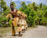 Rodzimi tancerze zabawiają turystów odwiedza tajemnicy wyspę Fotografia Royalty Free