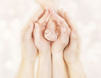 Rodzin ręki i dziecko Nowonarodzona ręka, Macierzysty ojców dzieci ciało, Nowonarodzona dzieciak ręka Zdjęcie Royalty Free